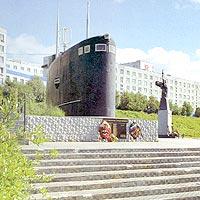 Рубка подводной лодки Комсомолец Чувашии в мемориальном комплексе Морская душа в г. Полярный
