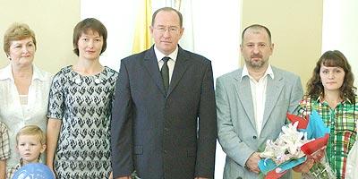 Глава г.Чебоксары Н.Емельянов и управляющий директор ИА REGNUM Б.Соркин награждают победителей.