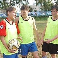 Александр (слева) с футболиста \
