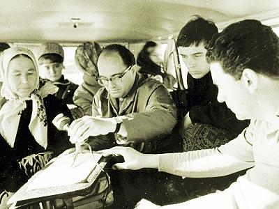 Ласло Викар и Габор Берецки при записи песни. Чувашская АССР, д. Ямолкино. 1966 г.